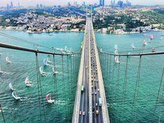 Ponte do Bósforo, em Istambul, na Turquia. Liga o lado europeu ao lado asiático da cidade, e cruza o estreito de Bósforo.