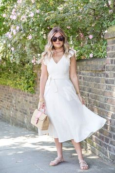Garden Roses and Midi Dresses (Suburban Faux-Pas) Classy Outfits, Trendy Outfits, Fashion Outfits, Pretty Dresses, Beautiful Dresses, Dress Outfits, Midi Dresses, Midi Skirt, Garden Dress