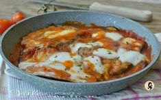 Eggplants in mozzarella and parmesan tomato sauce S .- Delicious eggplants in tomato sauce with layers of cheese. An easy recipe for a great dish for the whole family. Gourmet Recipes, Diet Recipes, Vegetarian Recipes, Cooking Recipes, Healthy Recipes, Vegetable Side Dishes, Vegetable Recipes, Famous Italian Food, Eggplant Recipes