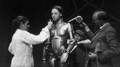 A imagem mostra a preparação da atriz Brigitte Helm, que interpretou a personagem Maria.