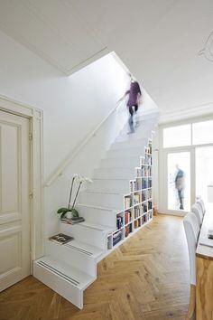 rangement sous escalier en bibliothèque blanche et parquet en bois