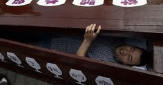 #HeyUnik  Aneh Tapi Nyata...di China sedang Tren Tidur di Peti Mati, Cicipi Rasanya Dikubur #Desain #Misteri #Sosial #YangUnikEmangAsyik
