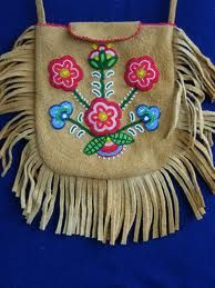 Moosehide bag with Cree floral design by Judy Chartrand – BEAD Native Beadwork, Native American Beadwork, Indian Beadwork, Beaded Purses, Beaded Bags, Native American Crafts, American Indians, Beaded Moccasins, Native Design
