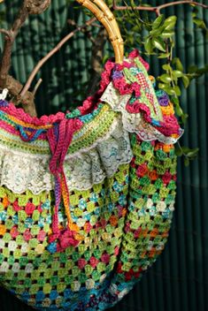 Lovely detailed pictures of this pretty crochet bag. Description in French. Les Sacs Me Font Perdre La Boule!! - Aiguilles En Fête Et Lecture En Tête!