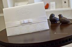 Convite de casamento clássico e elegante com monograma exclusivo.