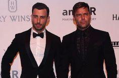 Ricky Martin se casa con Jwan Yosef. El cantante ha anunciado en el programa de Ellen DeGeneres que contraerá matrimonio con su novio, el artista Jwan Yosef. El País, 2016-11-16 http://elpais.com/elpais/2016/11/16/estilo/1479317895_953790.html