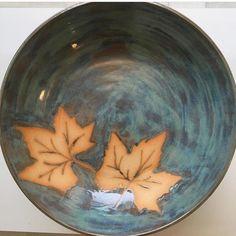 Linda saladeira de cerâmica, pintada no pincel, com detalhe de folha de uva, item no estoque na cor amarelo gema, linda para servir ou como centro de mesa, pode ir ao forno, microondas e lava louças.