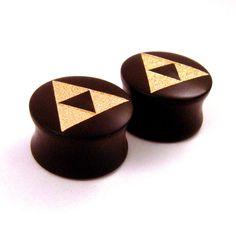 Or graphique Triforce  gravée dans Gaboon Ebony Double évasée chevilles    Disponible dans les tailles suivantes :  2g (6,5 mm)  0g (8mm)  00g (9mm)  000g (10 mm)  7/16 po (11mm)  (12mm)  1/2 po (13mm)  9/16 po (14mm)  5/8 po (16 mm)  11/16 po (17,5 mm)  3/4 po (19mm)  13/16 po (20,5 mm)  7/8 po (22mm)  1(25 mm)  1 1/8 po (28mm)  (30mm)  1 1/4 po (32mm)  1 1/2 po (38mm)  Le choix des tailles répertoriées ; Il suffit de choisir votre taille désirée dans le menu déroulant au-dessus du bouton «…