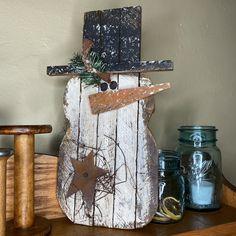 Wooden Snowman Crafts, Primitive Christmas Crafts, Wood Snowman, Barn Wood Crafts, Christmas Crafts To Make, Wooden Christmas Trees, Rustic Crafts, Christmas Makes, Rustic Christmas