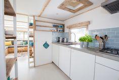 Alles wat je wilt koken of bakken kan in deze keuken. De Ibiza Surf keuken heeft alles wat je nodig hebt.  #keuken #glamping #food #interieur #decoratie #stoerbuiten Ibiza, Surf Lodge, Lodges, Glamping, Surfing, Kitchen Cabinets, Furniture, Home Decor, Rooftop