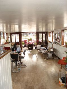 houseboat amsterdam >> love the view straight on the deck, kind of makes me wish I didn't have a wheelhouse. Living On A Boat, Tiny Living, Living Spaces, Barge Interior, Boat Interior, Houseboat Amsterdam, Dutch Barge, Houseboat Living, Water House