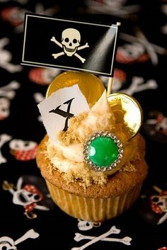 super cute and easy to do Pirate cupcakes pirate cupcakes, cupcak idea, beck, avi, pirates cupcakes, pirat birthday, pirat parti, parti time, pirat cupcak
