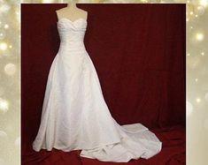 Taffeta wedding gown | Etsy Bridal Gowns, Wedding Gowns, Unique, Shopping, Etsy, Fashion, Bride Dresses, Homecoming Dresses Straps, Moda
