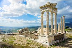Tepeye kurulmuş harika bir medeniyetin izlerini bulabileceğiniz Bergama Antik Kenti'nde İzmir ve Ege'nin müthiş manzarası da gözler önüne seriliyor.