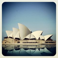 Jorn Utzon - ÓPERA DE SIDNEY Beautiful Architecture, Art And Architecture, Sidney Opera, Jorn Utzon, Colour Photography, Alvar Aalto, House Drawing, Modern Masters, True Art