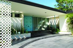 MidCentury Architecture - mid-century modern homes ~ love the aqua colored front door and the dark grey trim - Danish Modern, Midcentury Modern, Mid Century Modern Design, Modern House Design, Modern Exterior, Exterior Design, Modern Door, Estilo Miami, Mid Century Exterior