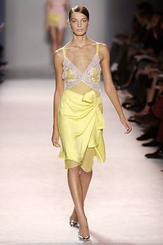 See the complete Nina Ricci Spring 2004 Ready-to-Wear collection.