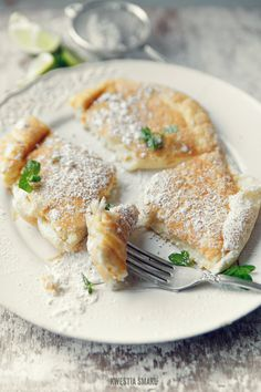 Omelet Biscuit with powdered sugar, with caramelized banana or orange juice, sugar, mint, lemon juice and lime peel