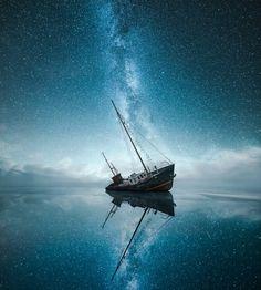 Le photographe finlandais Mikko Lagerstedt réalise des photos de nuit en bord de mer en utilisant une technique pour faire ressortir le ciel étoilé sans filé malgré des poses longues pour capter la faible luminosité et montrer des paysages nocturnes dans l'obscurité.