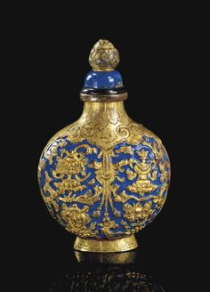 A RARE BLUE-ENAMELLED GILT-COPPER SNUFF BOTTLE - CHINA, QING DYNASTY, 18TH/19TH CENTURY <3