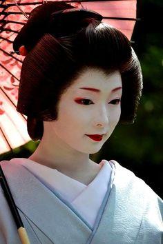 The Art of Geisha Geisha Makeup, Geisha Art, Kyoto, Memoirs Of A Geisha, Japanese Folklore, Flawless Beauty, Fashion Poses, Japanese Beauty, Japanese Kimono