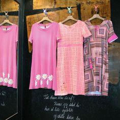 Tilsæt et ekstra krydderi til hverdagen med en af flotte lyserøde kjoler fra Du Milde 🎀🛍 Kom ned i butikken og se de mange skønheder, eller gå på opdagelse i vores webshop ved at følge linket i Bio. 🎀 #mustus #photooftheday #pink #lyserød #Dumilde #instagood #kjoler #danishdesign #fashion #tøj #vintage #inspiration #forår #sommer #svendborg