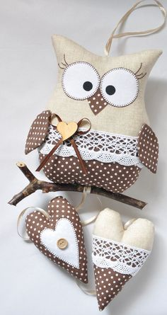 The charming owl on the stick was made of cotton fabrics. - The charming owl on the stick was made of cotton fabrics. Sewing Toys, Sewing Crafts, Sewing Projects, Sewing Stuffed Animals, Stuffed Animal Patterns, Owl Crafts, Diy And Crafts, Owl Sewing Patterns, Felt Owls
