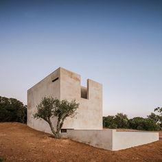 Álvaro Siza builds Capela do Monte chapel for off-grid Algarve retreat Sacred Architecture, Religious Architecture, Minimalist Architecture, Residential Architecture, Amazing Architecture, Architecture Details, Modern Architecture, Off Grid, Interior Minimalista