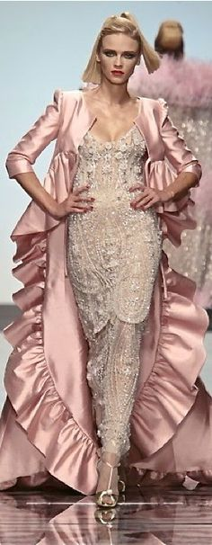 Valentino Haute Couture- The dress, not the jacket Fashion Week, Look Fashion, High Fashion, Fashion Design, Fashion Details, Fashion Trends, Couture Fashion, Runway Fashion, Womens Fashion