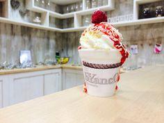 Gelato di yogurt, codette di cioccolato bianco, purea di lampone, lamponi freschi. Buona, golosa salutare merenda.