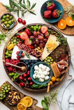 Charcuterie Recipes, Charcuterie And Cheese Board, Charcuterie Platter, Cheese Boards, Meat Cheese Platters, Crudite Platter Ideas, Simple Cheese Platter, Grazing Platter Ideas, Cheese Board Display