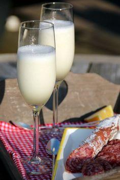 Scroppino. Zet de champagneglazen even in de vriezer. Klop 1 liter citroensorbetijs met een flinke scheut Limoncello met de staafmixer tot het romig is. Klop dan 1 fles ijskoude Prosecco erdoor tot je een mooie schuimige massa hebt, schenk in de koude glazen en serveer direct. Proost!