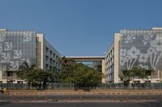 HUL Training Centre, Mumbai, designed by Kapadia Associates, has been designed as a central training facility and self use hotel for Hindustan Unilever. A glass screen, etched with elements of the company's logo, shades the south facing hotel windows and also creates a unique backdrop to the building drop off point. #privacy #functionaldesign