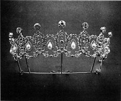 a series of some sixteen interwoven diamond wreath motifs, eight of which have pear-shaped pearls suspended within them