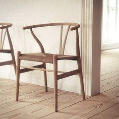 Hans Wegner designed this Wishbone Chair in It is strong yet very lightweight. The legs are made of solid wood. The seat is also made of hand-woven paper cord. Danish Furniture, Design Furniture, Chair Design, Cool Furniture, Modern Furniture, Futuristic Furniture, Plywood Furniture, Scandinavian Chairs, Scandinavian Design