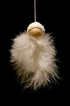 Aus weißen Marabufedern und Holzperlen lassen sich wunderbar flauschige Engelchen zusammenstecken. Drei Federn knotete ich am Kielende mit einem weißen Faden zusammen, den ich durch das Loch der Holzperle zog. Damit man die Öffnung am Engelkopf nicht sieht, häkelte ich dem Kleinen noch aus dünnem weißen Baumwollgarn eine winzige Mütze, …
