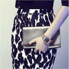 Comment égayer une tenue Black & White ? Avec la #GalaxyGear orange ;-)