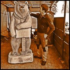 Direkt in der Holzbildhauerei Trummer. 2 Meter Bär aus Hartholz geschnitzt.