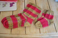 Begyndersokker | Gratis strikkeopskrifter | Strikkeglad.dk Diy Baby, Knitting Socks, Knit Crochet, Sewing, Inspiration, Sink Tops, Threading, Creative, Knit Socks