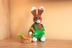 Jetzt häkeln: Der kleine Hase ist nicht nur zu Ostern als Deko richtig schön. Er spielt, kuschelt + schmust auch sehr gern. Seine Möhre hat er immer dabei.