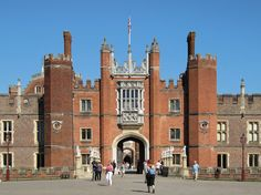 A view of the Great Gate entrance at Hampton Court Palace located in the London borough of Richmond upon Thames. Photo Credit: Luke Nicolaides via Wikimedia Commons. Rio Tamesis, Hillsborough Castle, Great Places, Places To Visit, Michigan, Medieval, Richmond Upon Thames, Palace London, Golfer