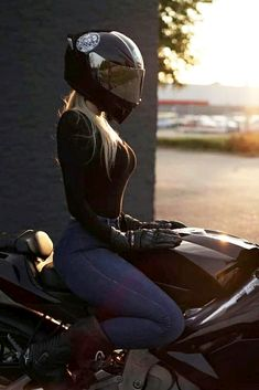 Girl Riding Motorcycle, Womens Motorcycle Helmets, Motorbike Girl, Biker Helmets, Lady Biker, Biker Girl, Girl Motorcyclist, Biker Photography, Agv Helmets