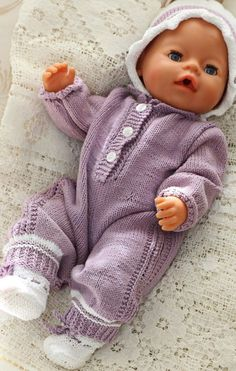 http://www.doll-knitting-patterns.com/0113D-strikk-babydress-til-dukken.html Design: Målfrid Gausel