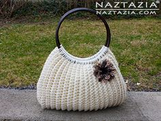 Crochet Handbags I'm very happy to bring you this free (and pretty easy!) pattern for a crochet Savvy Handbag. This was written for the final issue of Crochet Savvy magazine by Donna Wolfe from Naztazia. Free Crochet Bag, Crochet Shell Stitch, Crochet Tote, Crochet Handbags, Crochet Purses, Simple Crochet, Women's Handbags, Crochet Granny, Handbags Online