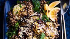 Intialainen munakoisosalaatti tehdään öljyssä paistetuista munakoisoviipaleista. Seesaminsiemenet antavat makua, linssit ruokaisuutta. Delicious Vegan Recipes, Steak, Vegan Food, Beef, Chicken, Mood, Yummy Vegan Recipes, Meat, Veggie Food