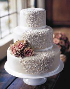 einzigartige Vintage-Hochzeitstorte mit weißer Spitze und Blumenschmuck: