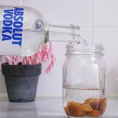 Lägg knäck i ett glas och häll på vodka – det här är allt jag vill ha i jul Absolut Vodka, Fika, Cocktails, Drinks, Hot Shots, Food Design, Mason Jars, Christmas Crafts, Good Food