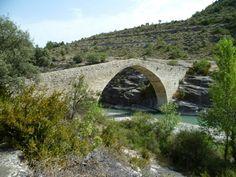 Publicamos un curioso puente románico  el de Roda de Isábena  a los pies de la histórica localidad ribagorzana de Roda se levanta esta bella joya  arquitectónica.