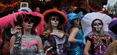 Fiestas populares, tradiciones milenarias y costumbres llenas de color. México lo tiene todo listo para unas de sus ceremonias más importantes: el Día de Muertos, que se celebra del 1 al 2 de noviembre en todo el país, se ha convertido en un acontecimiento único que turistas de todo el mundo esperan con expectación. Llamativos y coloridos altares, que adquieren mayor solemnidad por la noche, son visitados por cientos de personas que elevan sus plegarías hacia sus seres queridos en una…
