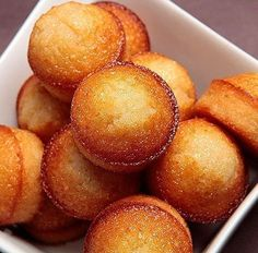 This picture makes me drool even though I have never tried financiers. Desserts With Biscuits, Mini Desserts, Dessert Pots, My Favorite Food, Favorite Recipes, Baking Recipes, Dessert Recipes, Kolaci I Torte, Biscuit Cookies